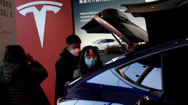 上周中國大陸民眾在北京的特斯拉(Tesla)展售點,參觀中國大陸產製的Model...