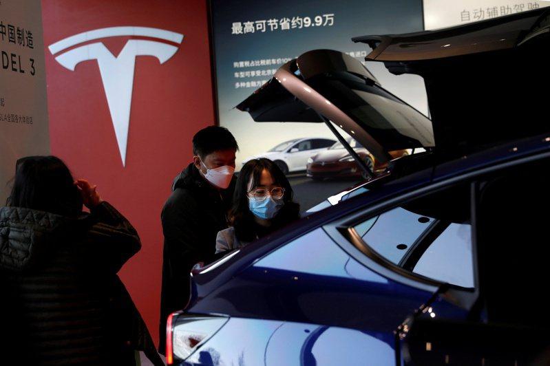 上周中國大陸民眾在北京的特斯拉(Tesla)展售點,參觀中國大陸產製的Model Y車款。  路透