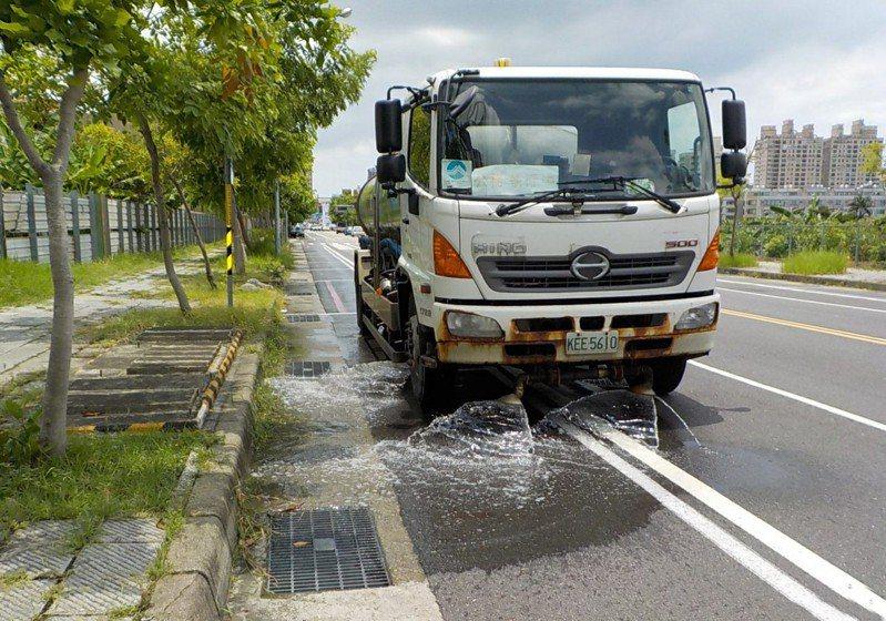 空氣品質指標達紅色預警等級,台南市環保局加強灑街。圖/本報資料照片