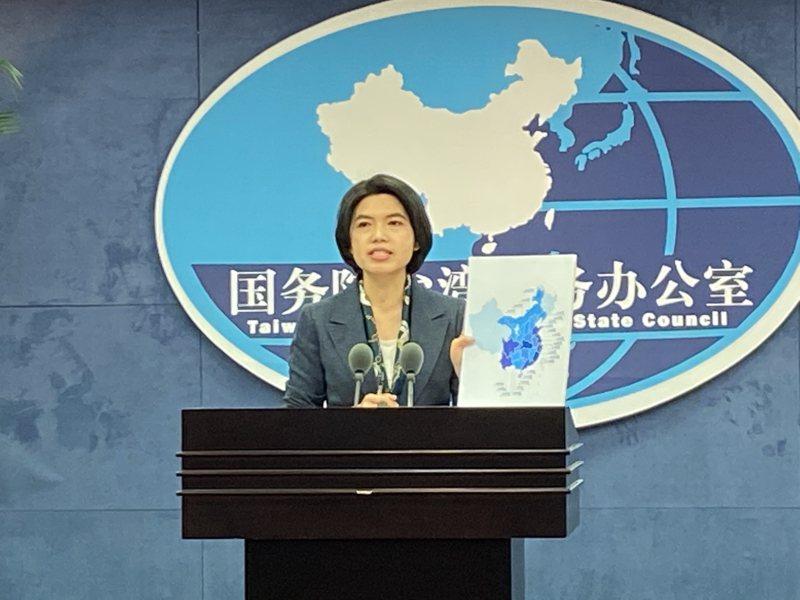 大陸國台辦發言人朱鳳蓮出示大陸推動的兩岸交流基地圖。特派記者陳言喬/攝影