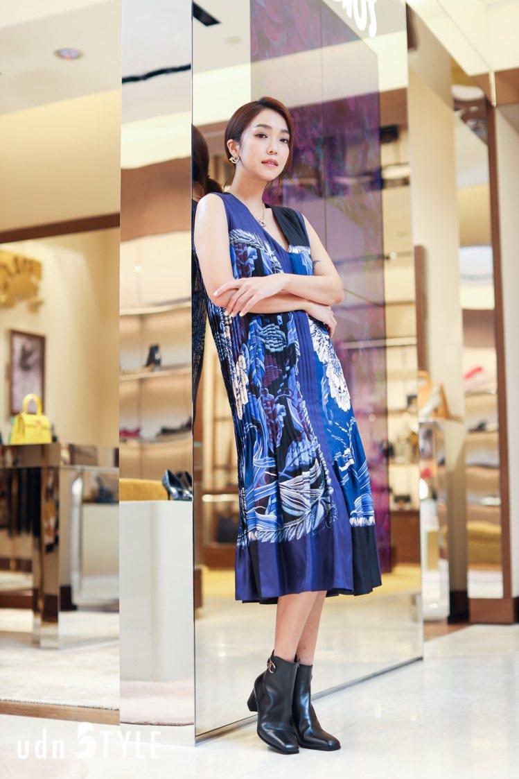 Salvatore Ferragamo藍色印花洋裝11萬5,000元,Cassa...