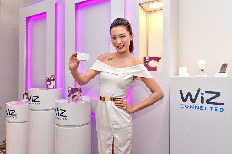 將一般家電插上Philips Wi-Fi WiZ智慧插座,就可將產品智慧化,透過WiZ App控制時間排程等設定。圖/昕諾飛提供