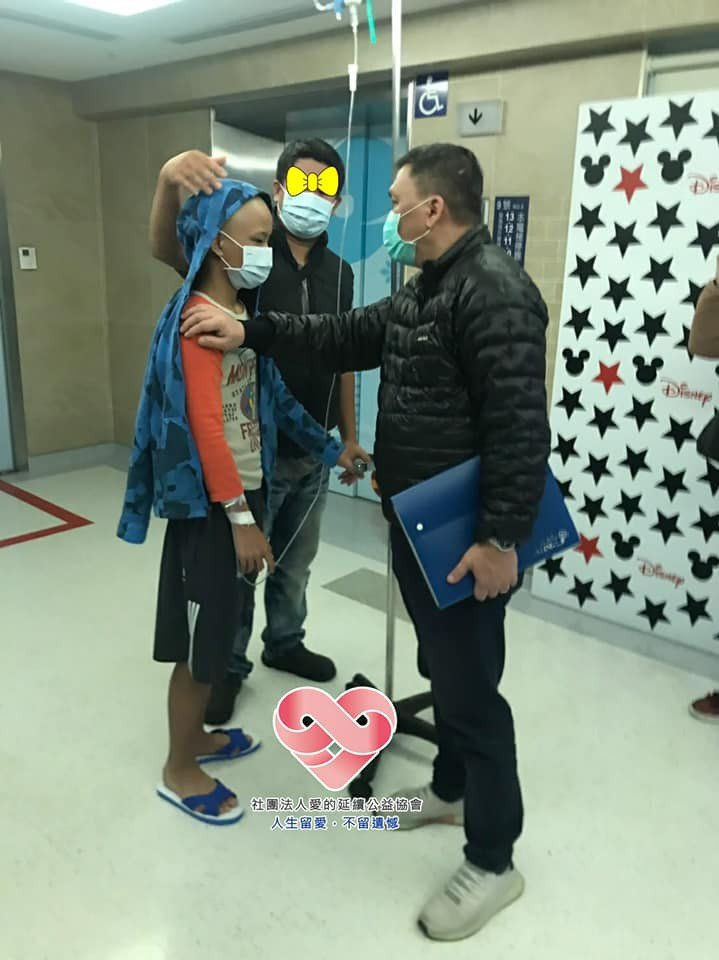 協會人員至醫院關心許爸爸(中)及小宇(左)。圖/社團法人愛的延續公益協會提供