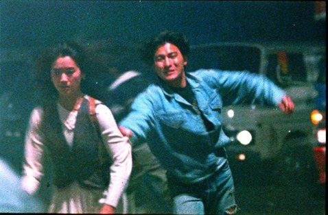 劉德華90年代香港極具代表性的話題作品「天若有情」,讓他更站穩在影壇的地位,也讓女星吳倩蓮出道便一砲而紅,同時是導演陳木勝首部電影作品。劉德華透露當年在拍這部戲時,覺得監製杜琪峯要求太嚴格,從頭到尾...