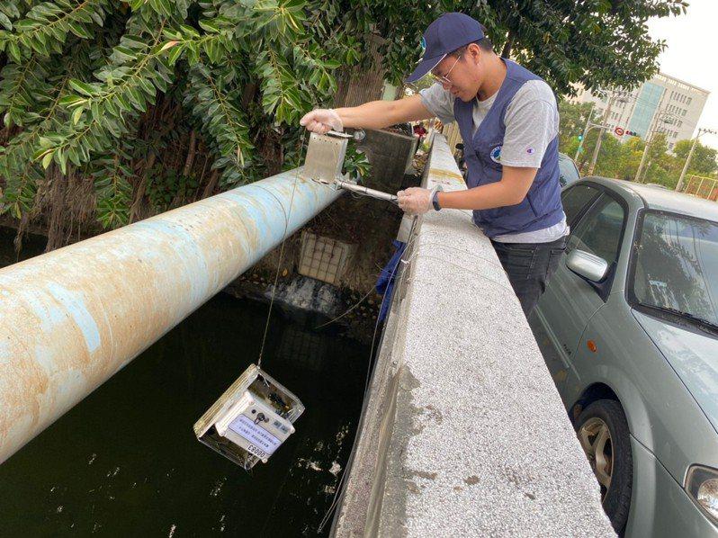 台南市環保局在重要河段設置移動式水質感測器掌握水質變化,讓違排工廠難逃。記者鄭惠仁/翻攝