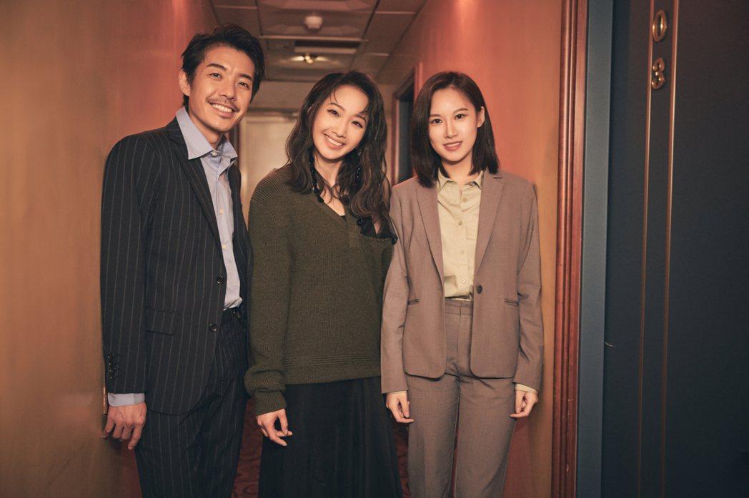 朱俐靜(中)和陳如山(左)、胡廣雯在「不完美的完美」MV合作。圖/福韻工作室提供