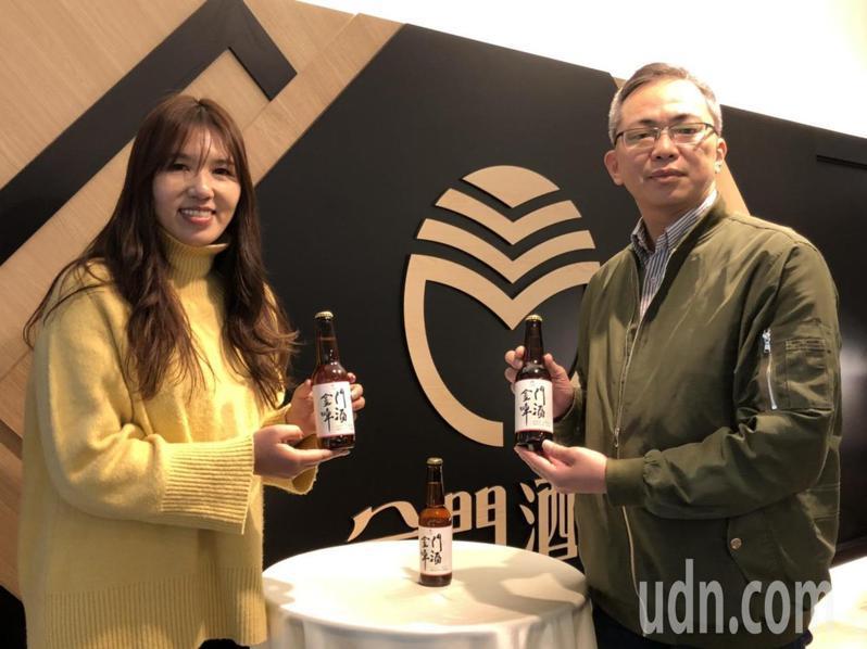 金酒公司昨日推出金門啤酒,金酒公司營業副總陳啟展(右)表示,看到市場反應熱烈,考慮在夏季推出常態化的產品。記者蔡家蓁/攝影