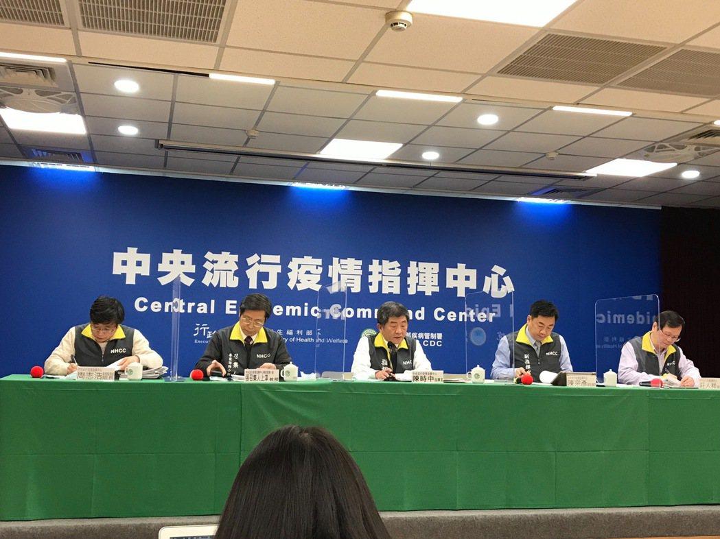 中央流行疫情指揮中心記者會,疫情監測組組長周志浩( 由左到右 )、專家諮詢小組召...