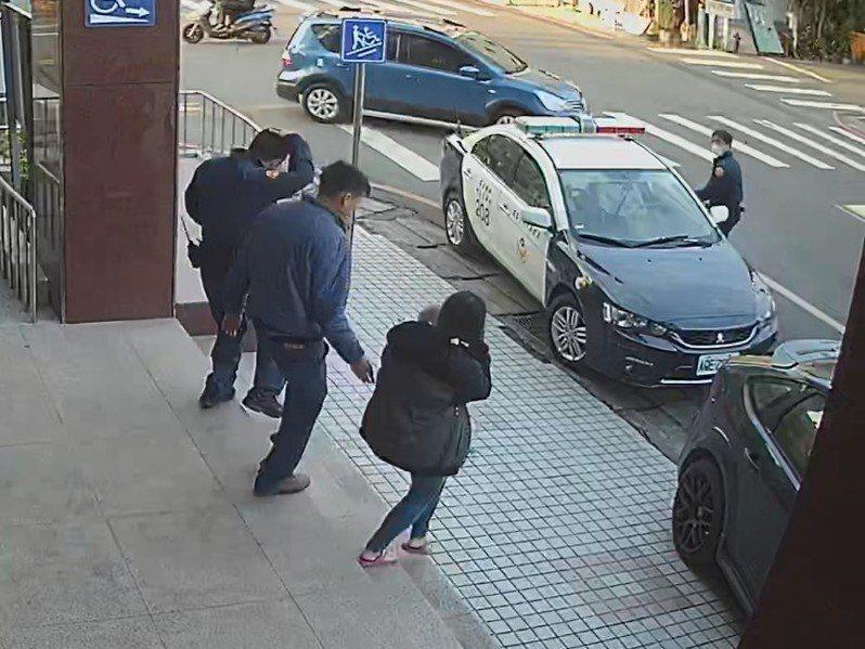 南投縣七個月大女嬰誤吞洗衣球,父母求助警方,警將警車充當救護車急送彰基醫院。圖/警方提供