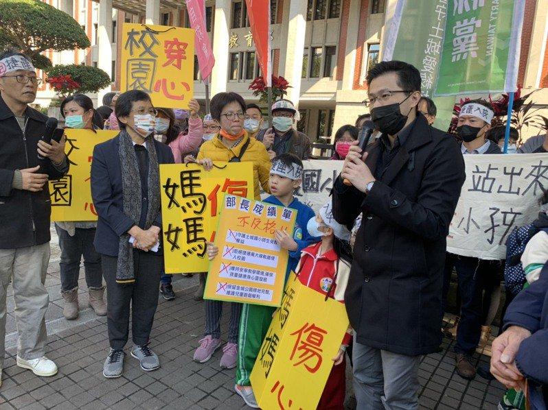 抗議現場上演行動劇,多名土城國小學童遞交教育部長不及格成績單。記者趙宥寧/攝影