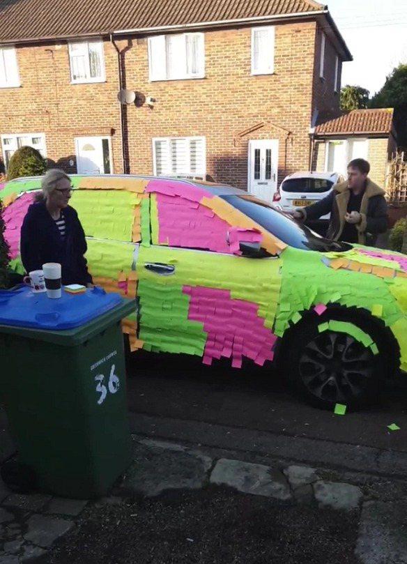 英國倫敦東南伍利奇一位屋主霍爾克羅夫特近日憤怒地發現,居然有人亂停車擋道,害他根...
