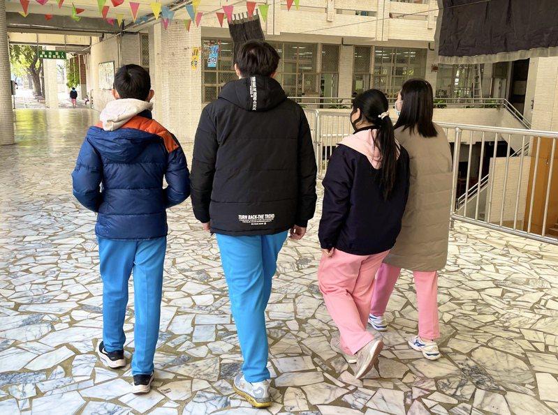 高雄市龍華國中校園裡,許多學生都已把禦寒厚外套穿在校服外。圖/龍華國中提供