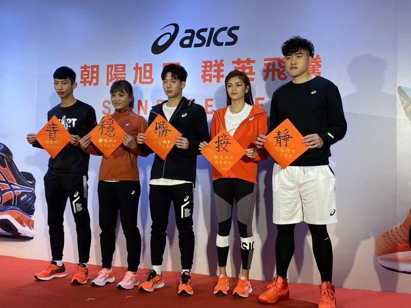 黃鎮(右一)、蘇柏亞(右二)、王冠閎(右三)、林詩亭(左二)和林昱堂在新品記者會揮毫寫出新年新目標。記者曾思儒/攝影