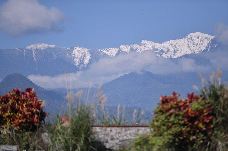 花蓮今天冬陽探頭,在平地抬頭就能看到奇萊連峰積雪的美景。圖/胡姓民眾提供