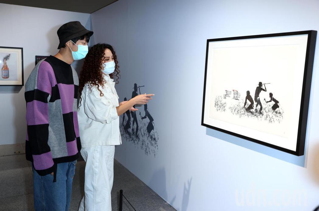 許書豪、呂薔觀賞「I LOVE BANKSY特展」紓壓。記者曾吉松/攝影