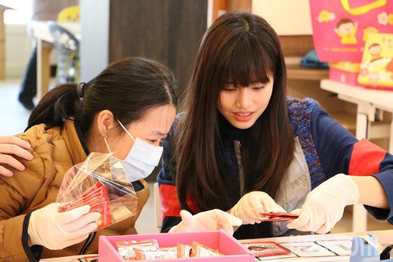 創作歌手吳汶芳今天與憨兒小玲一起包裝禮盒。記者高宇震/攝影