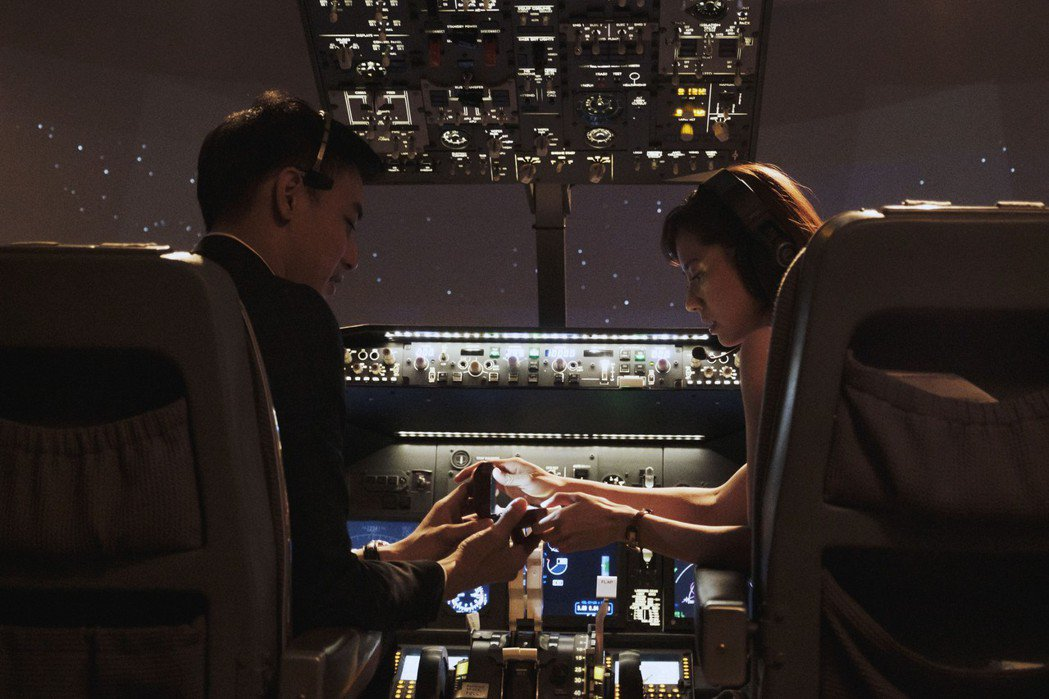 黃立(左)在機艙內項林予晞求婚。圖/HBO Asia提供