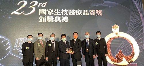 「法布瑞氏症研究治療中心」獲SNQ金質獎,由北榮代理院長李發耀(右二)及兒童醫學部主任牛道明代表領獎。圖/北榮提供