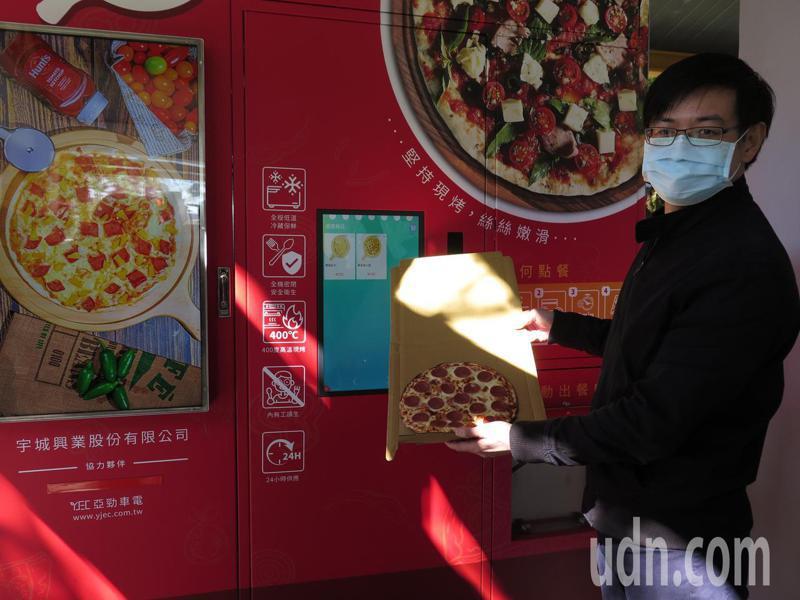 虎頭山創新園區進駐廠商研發「智能現烤Pizza販賣機」,只要透過螢幕點餐,3分鐘熱呼呼披薩就現烤出爐。記者張裕珍/攝影