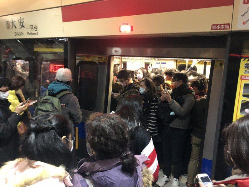 台北捷運紅線晚間6時許發生異常,列車停駛10多分鐘。記者邱瓊玉/攝影