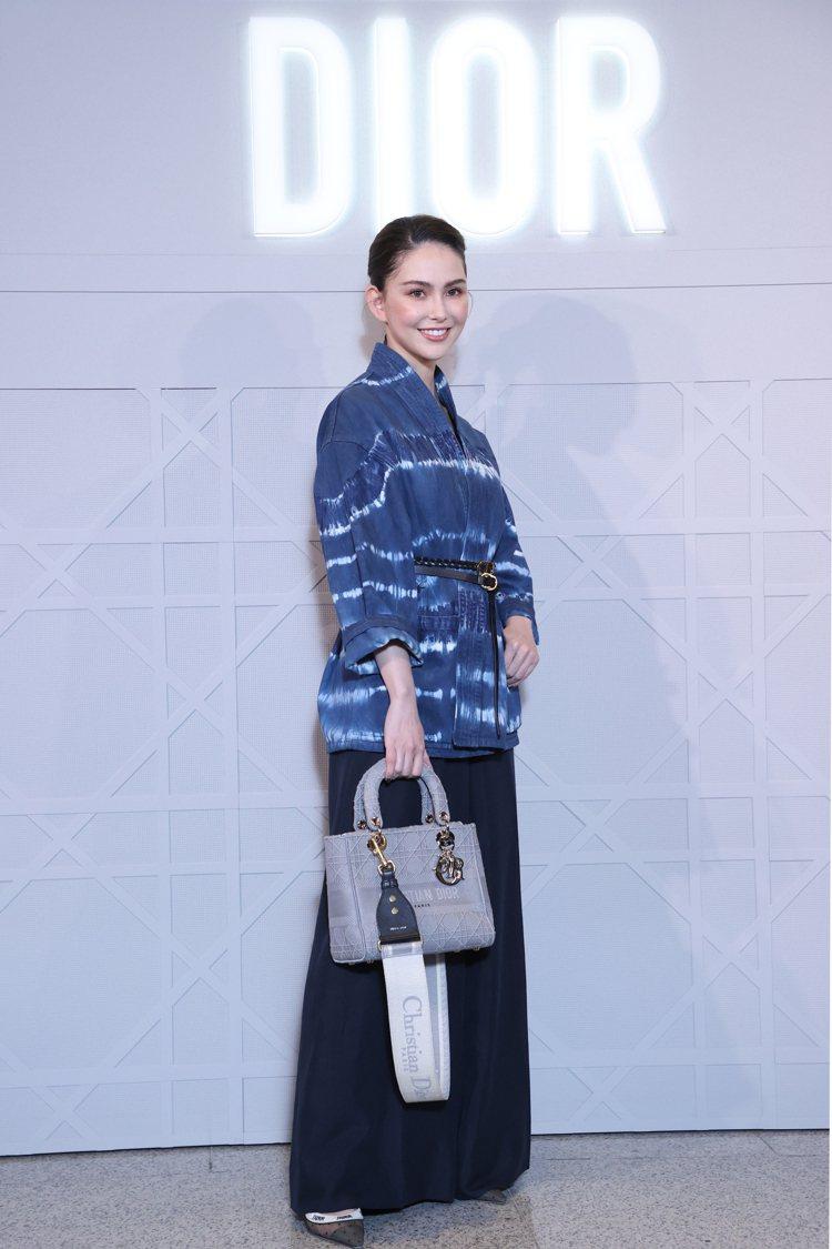 昆凌詮釋紮染丹寧藍外套、J'adior緞帶高跟鞋37,000元,搭配Lady D...