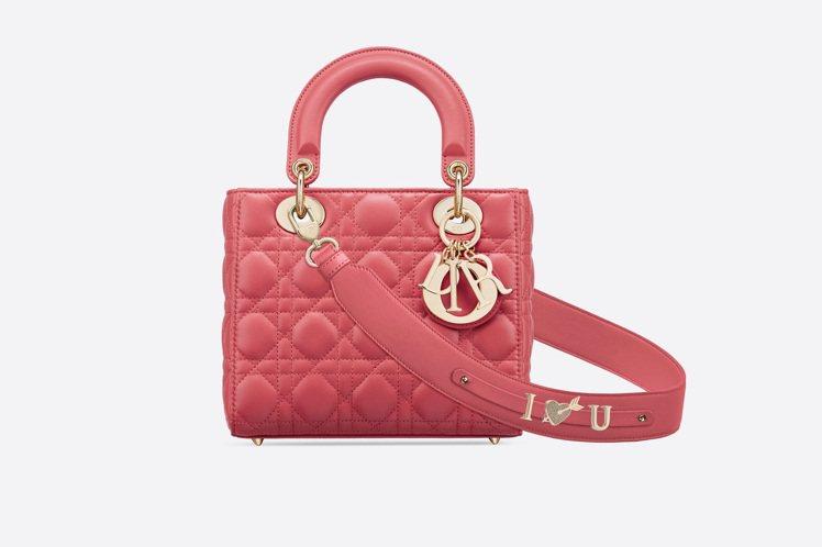 My ABCDior蜜桃粉色籐格紋小羊皮提包搭配客製化掛飾,13萬5,000元。...