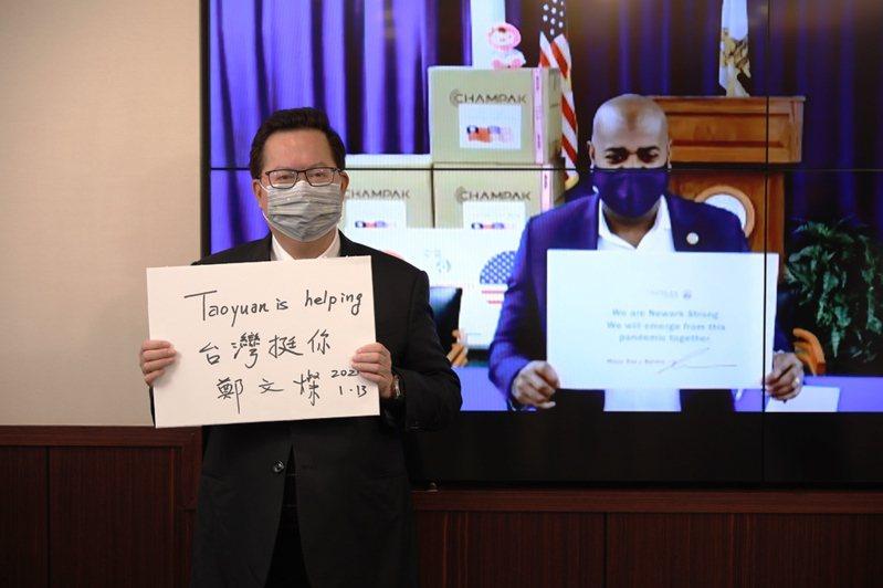 桃園市長鄭文燦(左)與美國紐華克市市長巴拉卡(右)針對全球疫情衝擊、智慧機場、智慧城市、智慧產業經濟學等議題進行線上視訊對談。 圖/桃園市秘書處提供