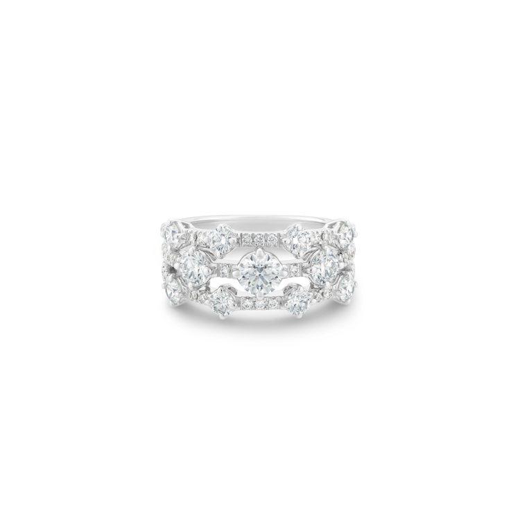 DE BEERS Arpeggia 18K白金三行鑽石戒指,44萬1,000元。...