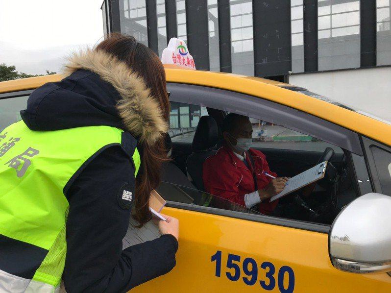 台中市交通局與警察局聯合稽查,提醒計程車駕駛全程戴口罩執業,空車也不例外。圖/中市交通局提供