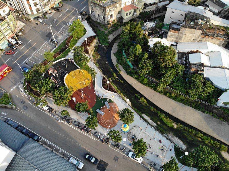 竹東鎮中興河道改善計畫後的中正公園,讓水岸空間融入居民生活。圖/新竹縣政府提供