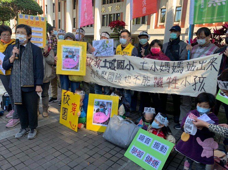 近20位民眾昨到教育部前抗議捷運萬大樹林線LG11段「捨直取彎」,現場還上演行動劇。記者趙宥寧/攝影