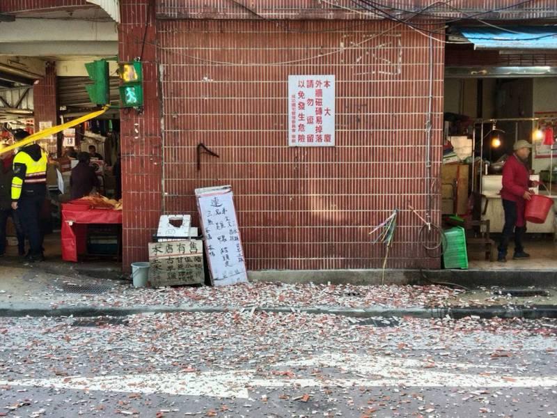 基隆市成功國宅外牆磁磚昨早大面積掉落地面,警方管制人車通行,以免被砸傷。記者邱瑞杰/攝影