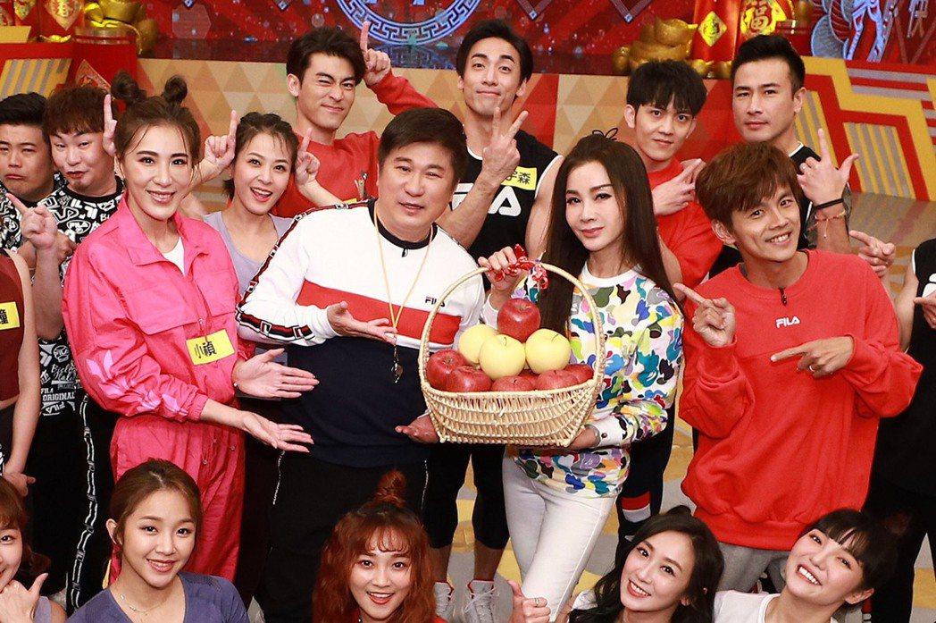 小禎(中左起)、胡瓜、陳美鳳與阿翔一起賀新年。圖/民視提供