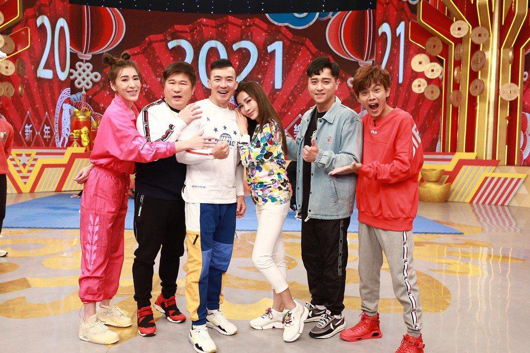 小禎(左起)、胡瓜、 劉畊宏、陳美鳳、鄭人碩與阿翔錄過年特別節目,現場一片喜氣洋...