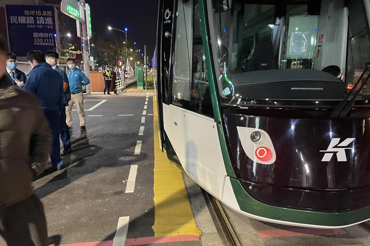 高雄輕軌新站第2天就傳擦撞 疑機車闖紅燈肇事1傷