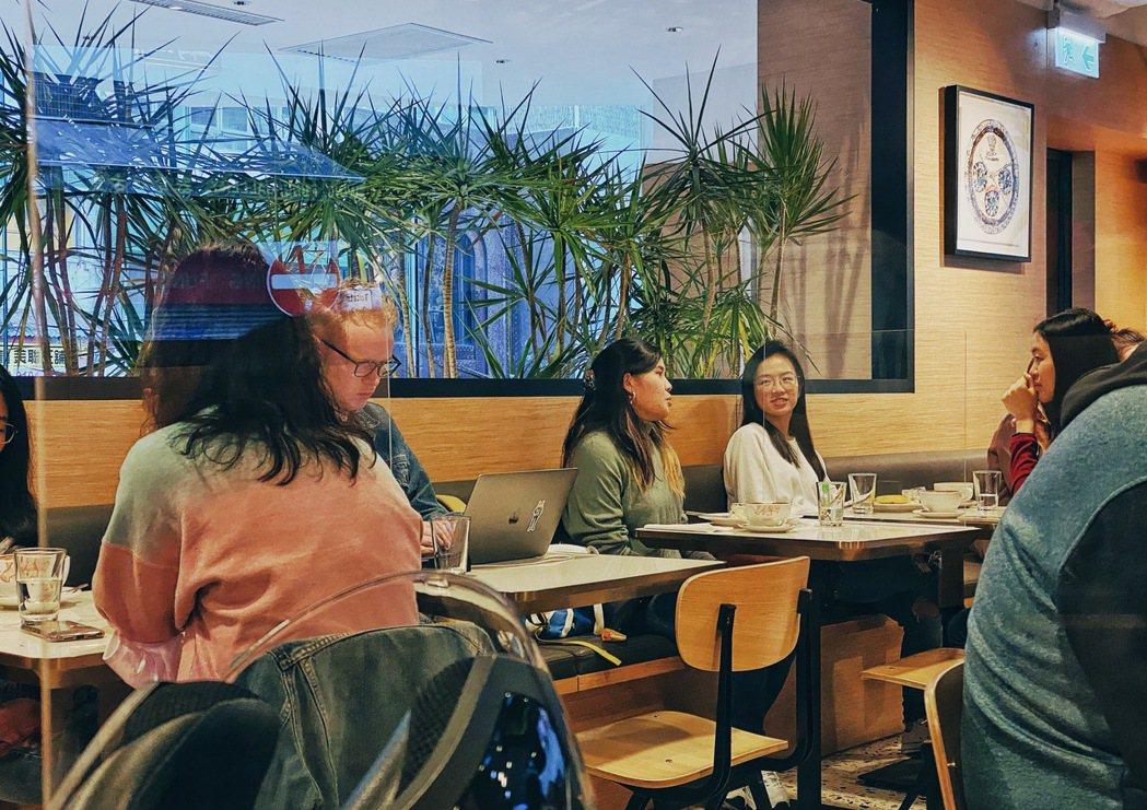 香港限聚令再延長,一張桌枱限制只能坐兩個人。三個人中間加一張塑膠隔板,就不算同桌...
