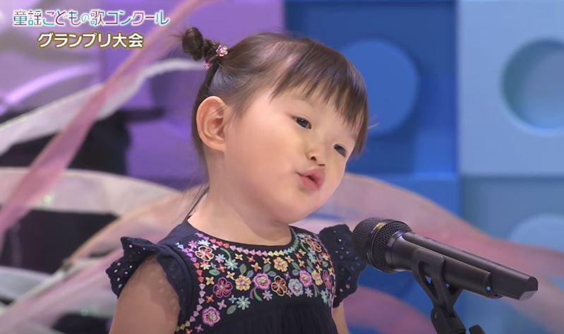 來自日本福岡、年僅2歲的村方乃乃佳小妹妹,由於從小喜愛唱歌,於是媽媽特地幫她報名參加一年一度的童謠歌唱比賽,乃乃佳萌爆又不怯場的表演令她獲得評審青睞,獲得銀賞。圖擷自童謡こどもの歌コンクール