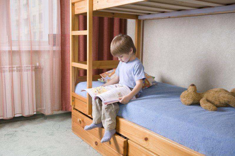 一名女網友的2個姊姊都已出嫁,便想把房間裡的雙層床換成單人床,沒想到父母卻想出3個理由拒絕換床。圖片來源/ingimage