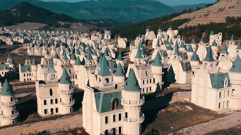 土耳其建商曾想打造一座童話般的迪士尼風格小鎮,卻因為碰上經濟不景氣,城堡荒蕪成廢墟。圖擷取自youtube