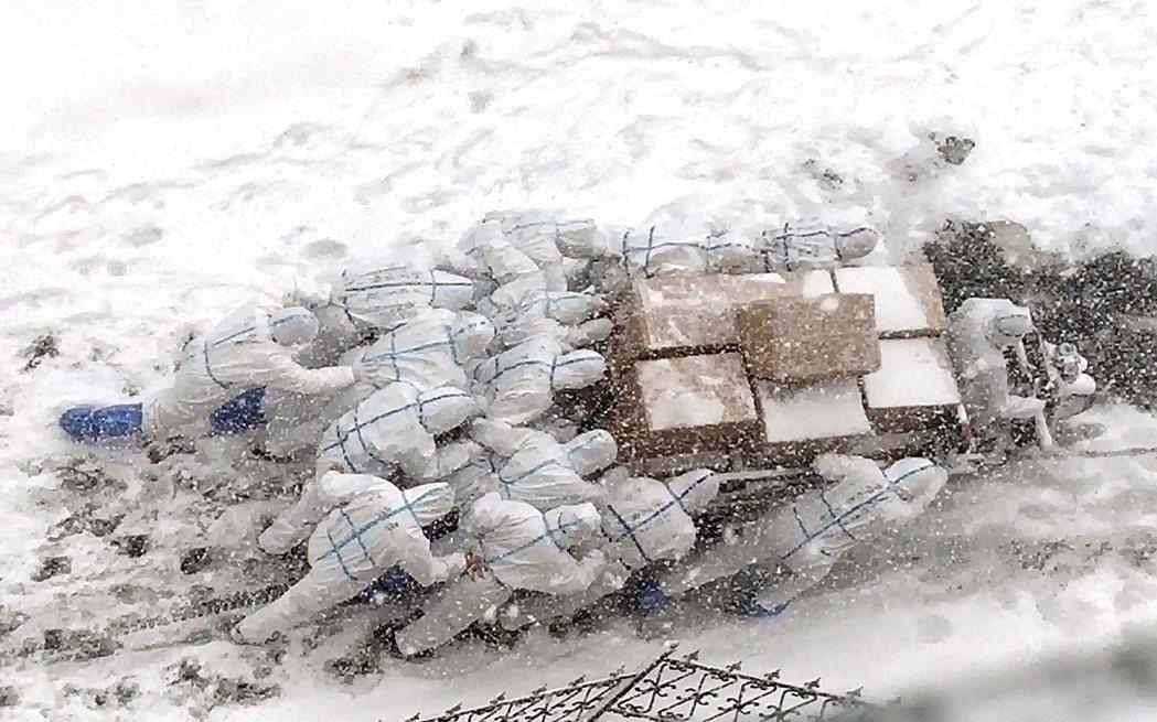 圖為大連的疫情封鎖區運捕。 圖/新華社