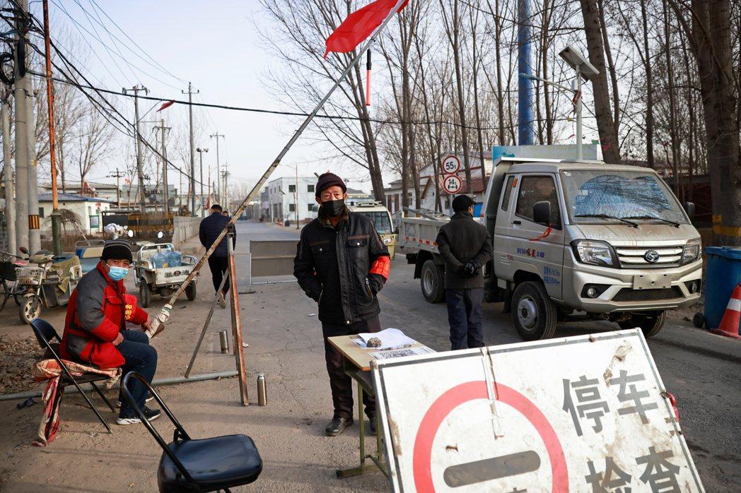 圖為北京到河北的邊界村莊管制。 圖/路透社