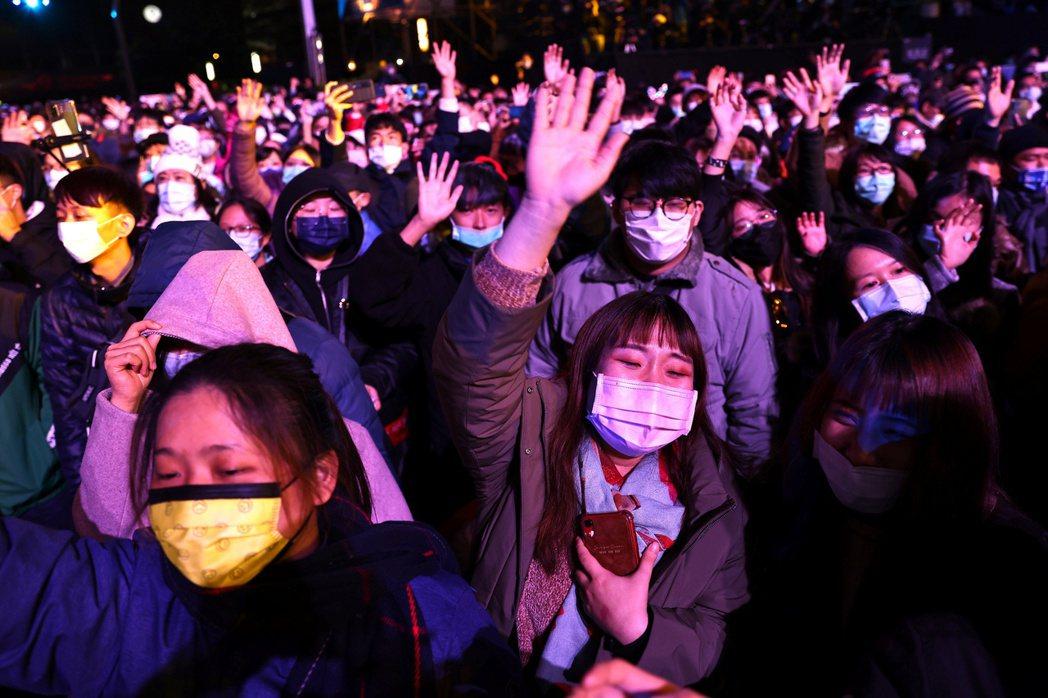 台灣「全民積極防疫」可能形塑集體力量督促彼此遵守,但有時候也使社會大眾對於不幸染疫之人不甚寬容。 圖/路透社