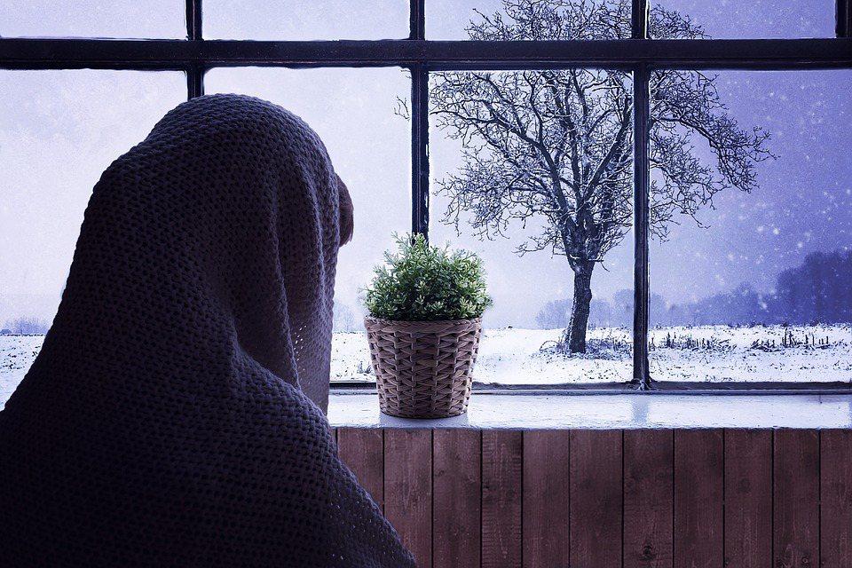 當室溫一直冷,身體刺激交感神經系統興奮性增高,體內兒苯酚胺分泌增多,會使人的身體...