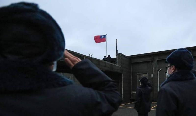 空軍在不到三度的寒冷及狂風下升旗。圖/取自中華民國空軍臉書