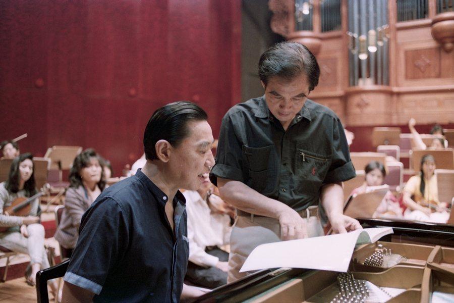 傅聰(左)與指揮廖年賦(右)討論如何詮釋樂曲,攝於1989年。 圖/聯合報系資料照