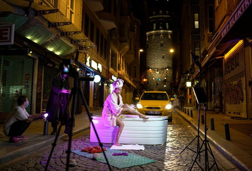 圖為土耳其藝術家 Sayna Soleimanpour在街頭拍攝的一系列行動藝術...