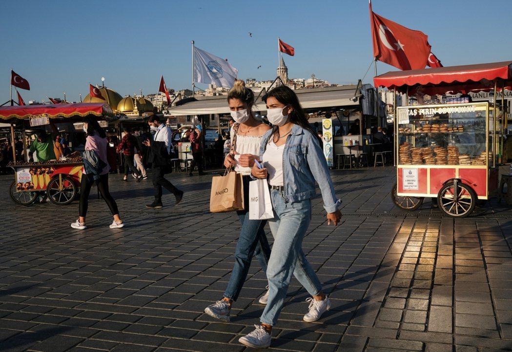 在土耳其,也有部分女性會把「守護貞操」這份社會壓力加諸在自己身上,認為是女性價值...