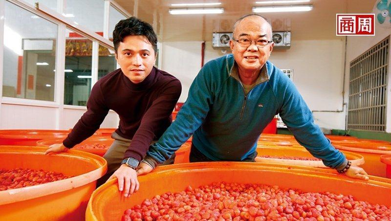 泰泉二代吳福泉(右)與三代楊依隆(左)攜手,在食安風暴看見商機,轉型以無添加果乾敲開各通路大門,成包裝果乾市占第一。(攝影者.駱裕隆)