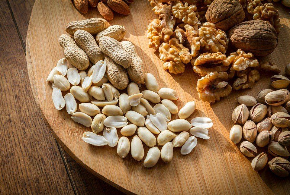 堅果雖有益健康,但食用時除了要注意分量外,額外且過度的調味與加工方式,更值得消費...