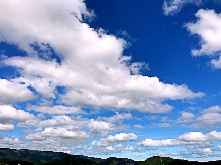 堅持要住在擁有寬敞對外窗的房子,從彭樹君家的窗台看出去,就是遠處綿延的山景與廣闊...